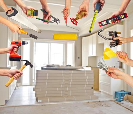 construction tools: Manos con herramientas de construcción.