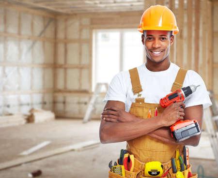 ouvrier: Travailleur de la construction dans la nouvelle maison.
