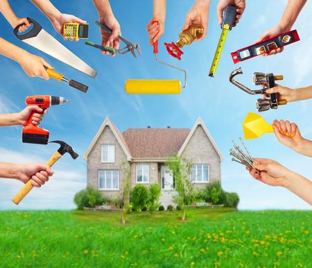 ca�er�as: Manos con herramientas de construcci�n.