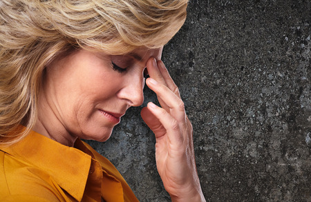 hipertension: Mujer que tiene dolor de cabeza de migraña.