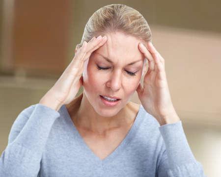 Frau, die Migräne-Kopfschmerzen. Standard-Bild