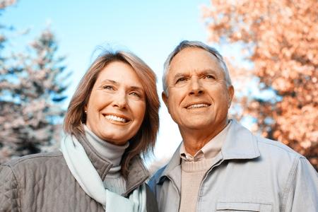 couple heureux: Heureux couple de personnes �g�es.