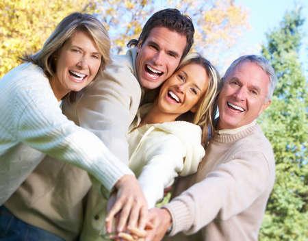parejas felices: Familia feliz en el parque. Foto de archivo