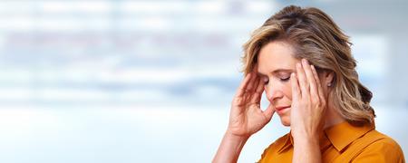 dolor de cabeza: Mujer que tiene dolor de cabeza de migraña.
