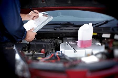 garage automobile: Mécanicien dans garage de réparation auto