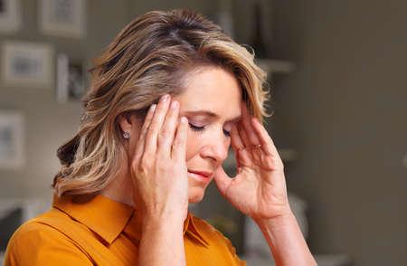 cabeza: Mujer que tiene dolor de cabeza de migra�a.