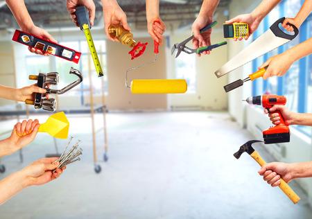 alba�il: Manos con herramientas de construcci�n.