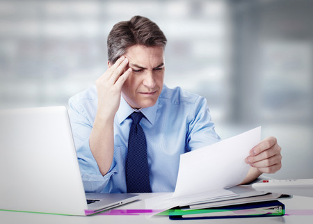 dolor de cabeza: Hombre que tiene dolor de cabeza de migraña.