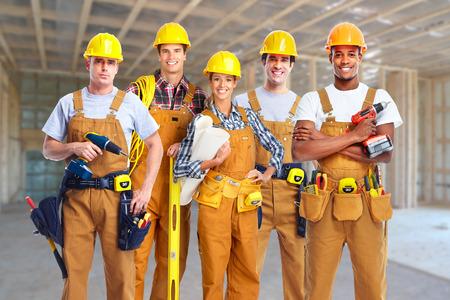 in uniform: Grupo de trabajadores de la construcci�n.