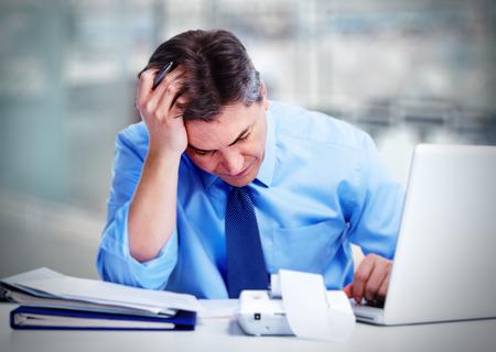 Hombre que tiene dolor de cabeza de migraña.