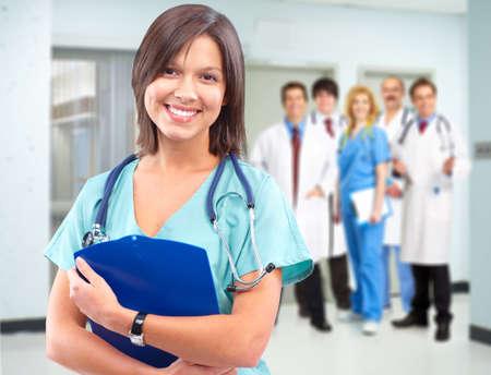 grupo de mdicos: La atenci�n de salud Mujer m�dico.