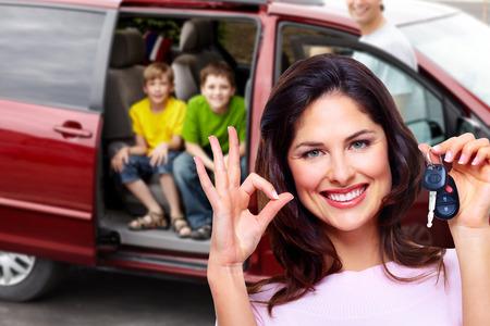 mujer hijos: Mujer que sostiene la llave del coche.