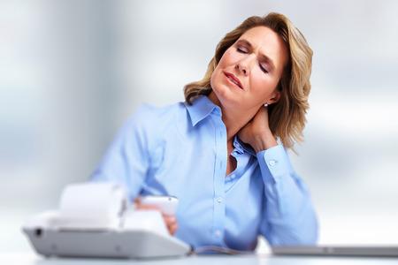 hipertension: Mujer de negocios que tiene un dolor en el cuello Foto de archivo
