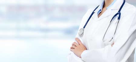 drugstore: Mujer del médico manos.