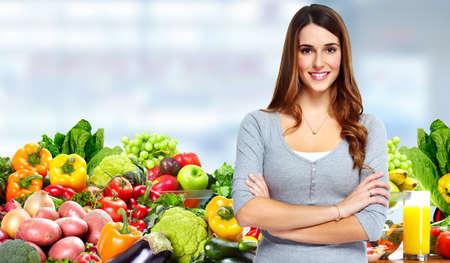 obesidad: Mujer con las frutas y verduras. Foto de archivo