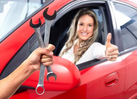 mecanico automotriz: La mano de mecánico con llave.