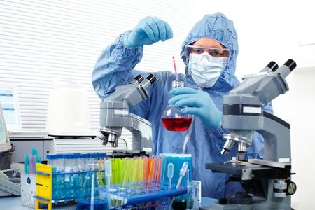 estudiantes medicina: Doctor que trabaja en el laboratorio.