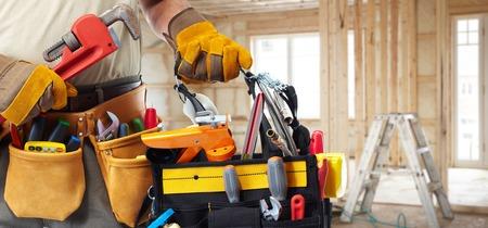 outils construction: Builder bricoleur avec des outils de construction. Banque d'images