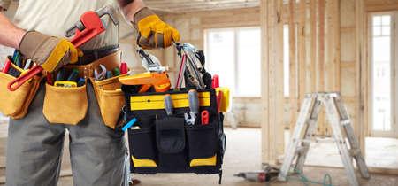 plomeria: Manitas constructor con herramientas de construcción.