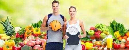 pareja comiendo: Pareja de fitness saludable.