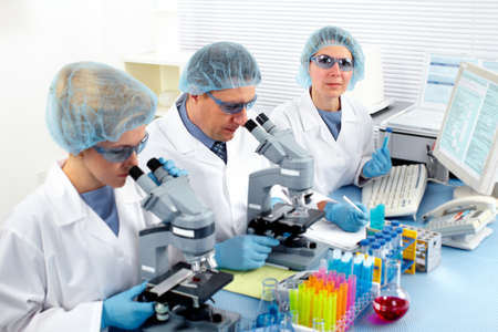 Grupo de médicos en laboratorio. Foto de archivo