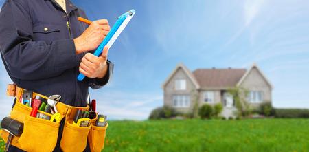 albañil: Manitas constructor con herramientas de construcción.