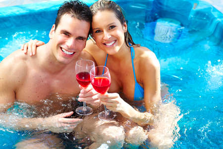 donna innamorata: Giovane coppia di relax in vasca idromassaggio. Archivio Fotografico