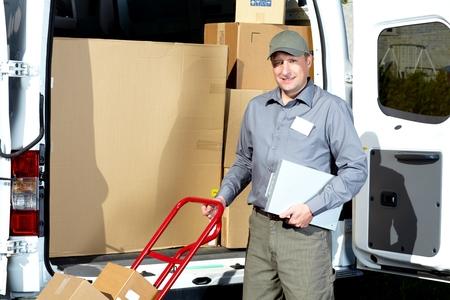 cartero: Cartero con caja de paquete. Foto de archivo