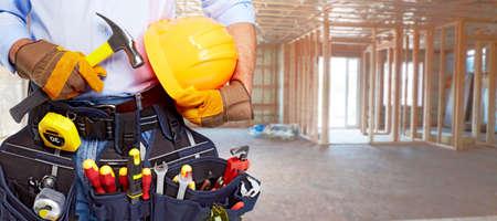 carpintero: Manitas constructor con herramientas de construcci�n. Fondo Renovaci�n de la casa.