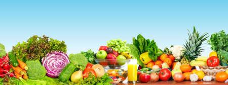 frutas: Verduras orgánicas frescas sobre fondo azul. Dieta saludable.
