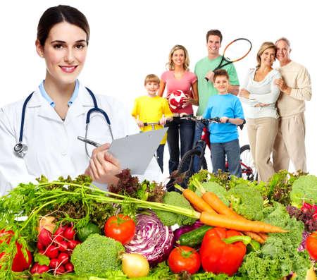 alimentacion: Doctor con verduras y familia. La dieta y la nutrición saludable. Foto de archivo