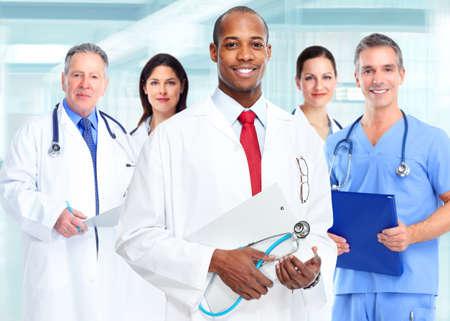 Medische arts arts man en de groep van mensen uit het bedrijfsleven.