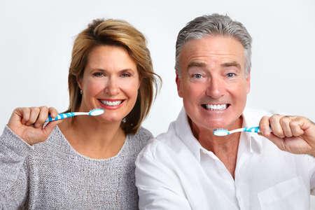 ancianos felices: feliz pareja de ancianos con el cepillo de dientes. Salud dental.