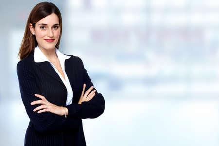 biznes: Piękna młoda kobieta biznesu. Rachunkowość i finanse w tle.