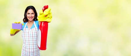mucama: Dama sonriente joven. Limpieza de la casa concepto de servicio.