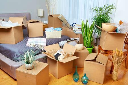 trastorno: Moviendo cajas en nueva casa. Concepto de bienes raíces. Foto de archivo