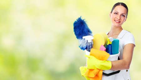 maid: Dama sonriente joven. Limpieza de la casa concepto de servicio.