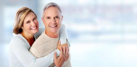 sonrisa: Retrato feliz pareja de alto nivel sobre el fondo azul.
