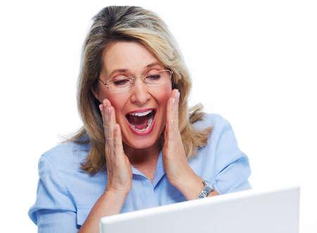 sorprendido: Mujer mayor feliz con el ordenador portátil aislado fondo blanco