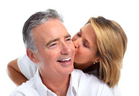 enamorados besandose: Feliz besando aislado fondo blanco pareja de ancianos.