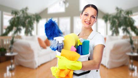 limpieza del hogar: Dama sonriente joven. Limpieza de la casa concepto de servicio.