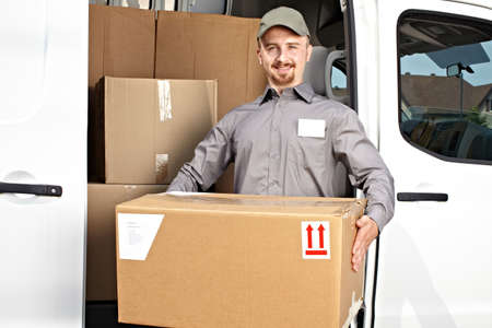 szállítás: Fiatal szállítási férfi parcella közelében teherautó rakomány. Szállítási szolgáltatást. Stock fotó