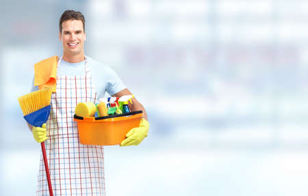 servicio domestico: Interno hombre conserje servicio de limpieza. Limpieza del hogar. Foto de archivo