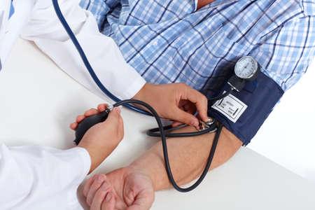 metro de medir: Doctor que controla anciano presión arterial del paciente. Cuidado de la salud.