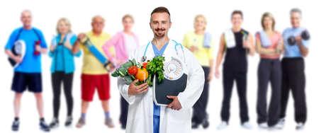 personas saludables: Doctor con verduras y grupo de personas sanas de fitness