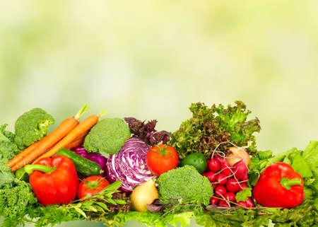 dieta sana: Verduras orgánicas frescas sobre fondo verde. Dieta saludable.