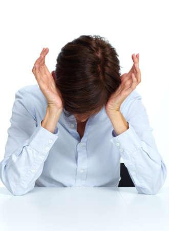 dolor de cabeza: Mujer de negocios cansado con una migraña dolor de cabeza aislado blanco.