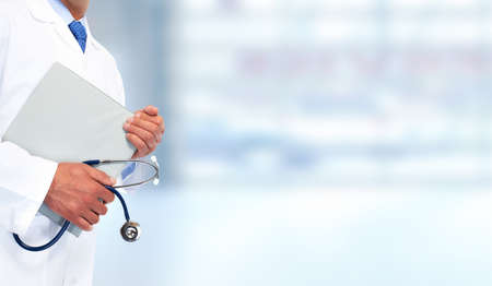 hälsovård: Händer läkare med urklipp. Hälsovård bakgrund.