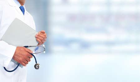 salud: Manos de médico con el portapapeles. Fondo de atención médica.