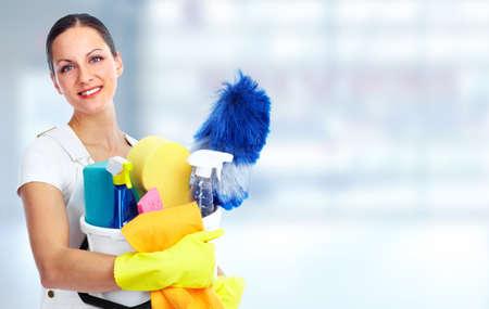 personal de limpieza: Dama sonriente joven. Limpieza de la casa concepto de servicio.